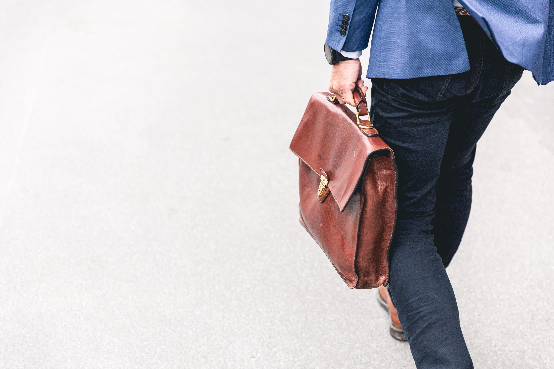 sac en cuir porté par une personne qui marche